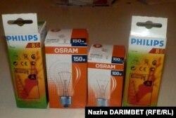 Энергосберегающие и обычные лампочки в упаковке. Алматы, 26 сентября 2012 года.