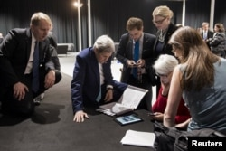 رئیسجمهوری ایالات متحده در عین حال تاکید کرده است که هنوز کار زیاد و جزئیات بسیاری مانده است. (در تصویر جان کری، وزیر خارجه آمریکا و تیم همراه او در لوزان. آنها اکنون باید تفاهم اولیه را به توافقی جامع و نهایی تبدیل کنند)