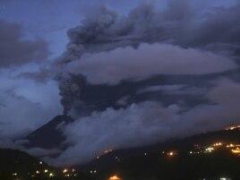 Извержение вулкана Тунгурауа в Эквадоре, вблизи города Баньос, 26 апреля 2011 года