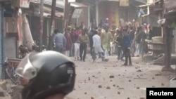 Протестующие кидают камни в полицейских во время столкновений в Горакхпуре, штат Уттар-Прадеш, Индия. 20 декабря 2019 года