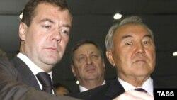 Президент России Дмитрий Медведев и президент Казахстана Нурсултан Назарбаев во время саммита в городе Актобе 22 сентября 2008 года.