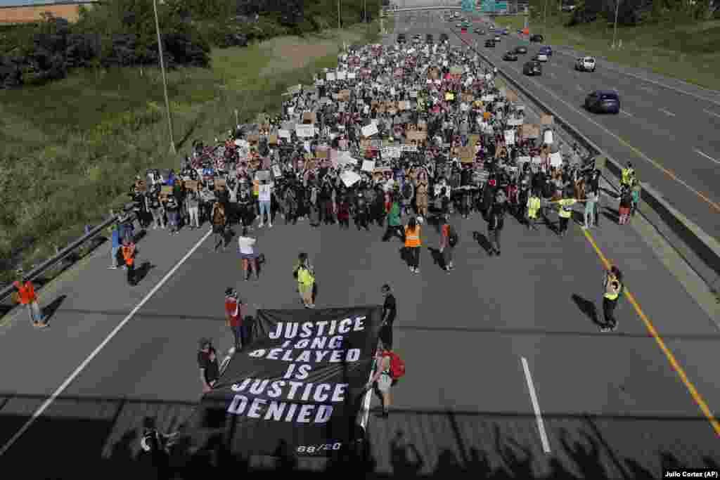 Демонстранти маршираат во Минеаполис.