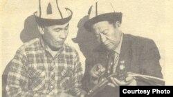 Көркөм өнөр таануучу Амантур Акматалиев (оңдо)камчы шөкөттөрүнүн өрүмчүсү Казакбай Мейманалиев менен аңгемелешүүдө. (Сүрөт качан тартылганы белгисиз.)