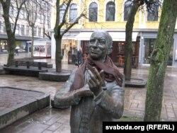 Вулічная скульптура Даніэля Дольскага, які калісьці сьпяваў у «Мэтропалі»