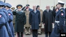 (Зліва направо) Міністр оборони України Степан Полторак, міністр оборони Польщі Антоні Мацєревич міністр оборони Литви Юозас Олекас у Любліні. 26 січня 2016 року