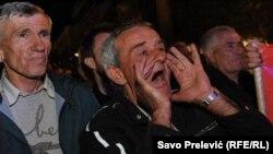 Sa sinoćnjeg protesta DF ispred Skupštine Crne Gore, 3. maja 2016.