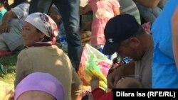 Эвакуированные из Арыси жители сидят на прилегающей к мечети территории. Шымкент, 25 июня 2019 года.