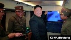 Шимолий Корея раҳбари Ким Чен Ин ҳарбийлар билан.