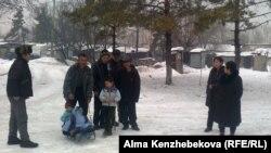 Бұрынғы пионер лагері ғимаратының тұрғындары. Алматы, 16 қаңтар 2013 жыл.