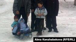 Бұрынғы пионер лагерінде тұратын балалар. Алматы, 16 қаңтар 2013 жыл.