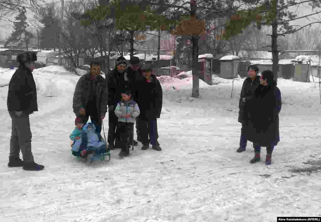 Почти сотня семей, живущих на окраине Алматы на территории бывшего пионерлагеря «Жанар» опасаются, что их могут выселить в любой момент. Владелец здания лагеря выиграл суд. На фото: Жители бывшего пионерского лагеря, расположенного на окраине Алматы. 16 января 2013 года.