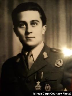 """Mircea Carp la Liceul Militar Nicolae Filipescu, Mănăstirea Dealu, cu insigna de """"soim""""."""