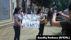 Nigar Yaqublu (sağda) İTV qarşısında etiraz aksiyasında, 24 may 2012