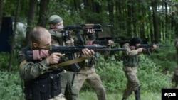 """Бойцы пророссийского батальона """"Восток"""" отрабатывают навыки боя. Донецкая область, 1 июня 2014 года."""