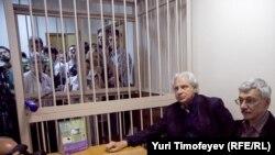 Олег Орлов (справа) со своим адвокатом Генри Резником в зале суда