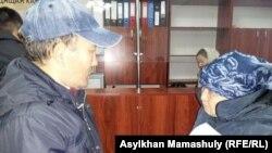Гражданский активист Суюндик Алдабергенов, арестованный на десять суток после попытки провести акцию в поддержку подсудимых активистов из Атырау, вместе со своей матерью в городском суде. Алматы, 26 октября 2016 года.