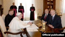 Аляксандар Лукашэнка з сынам Мікалаем на аўдыенцыю ў папы Рымскага Францішка. 21 траўня 2016 году