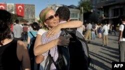 Besplatni zagrljaji na trgu Taksim