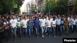 Участники протеста в Армении направляются к президентскому дворцу