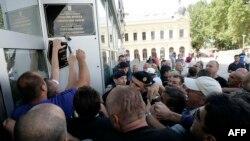 Prosvjed na kojem su skinute neke od dvojezičnih tabli u Vukovaru, rujan 2013.