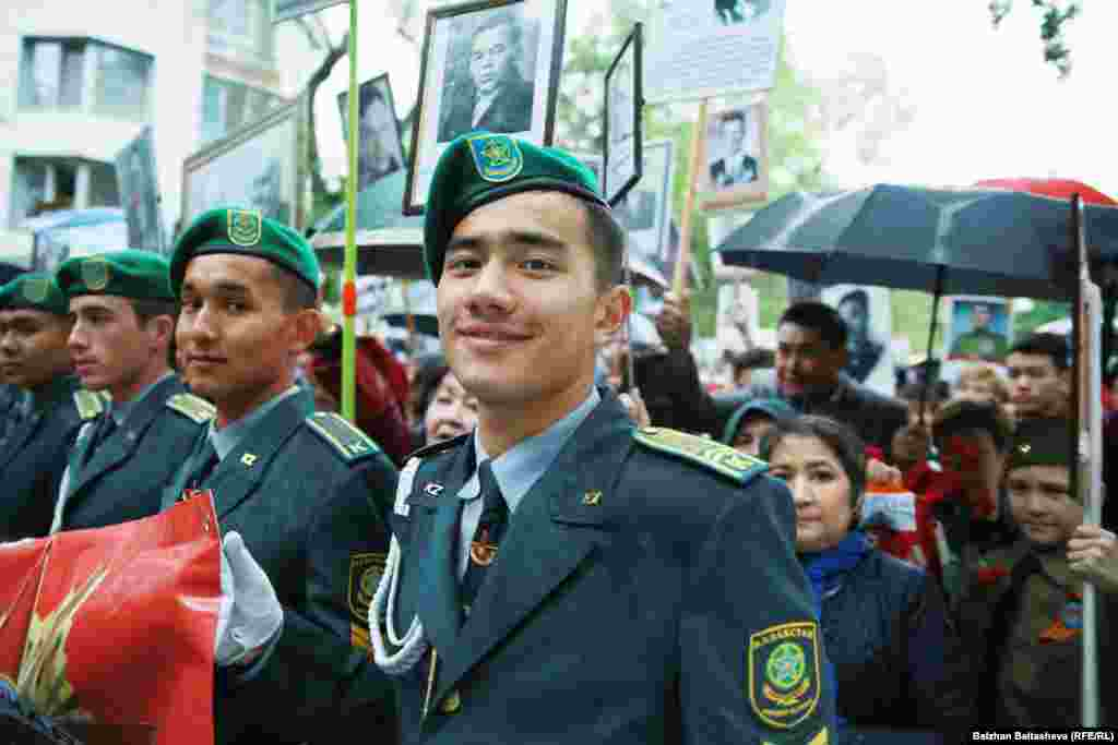 Алматыдағы «Мәңгілік полк» шеруіне қатысушы әскери оқу орындарының курсанттары.