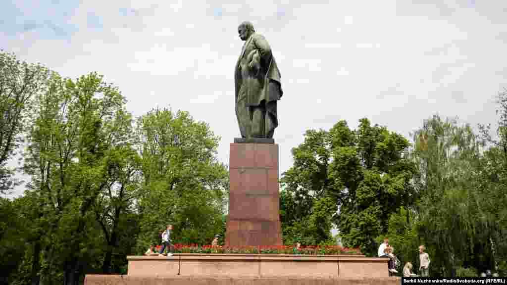 Памятник автору «Кобзаря» Тарасу Шевченко, который направлен в сторону университета