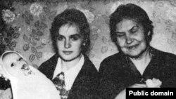 Марына, Джун і сп-ня Зігер у кватэры Освальдаў