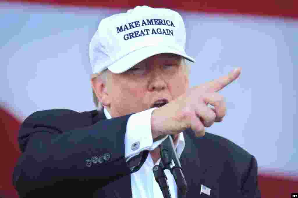 Дональд Трамп выступает с речью в Майями, в штате Флорида. 2 ноября 2016 года.