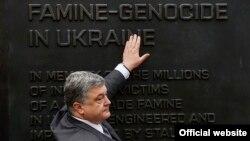 Порошенко у США біля меморіалу жертвам Голодомору в Україні 1932–1933 років. Вашингтон, 19 червня 2016 року