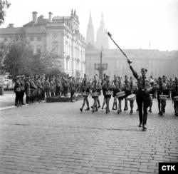 """Оккупированная Прага. Маршируют члены """"Гитлерюгенда"""". Сентябрь 1943 года"""