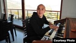 Џијан Емин, музичар.