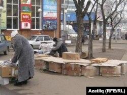 Казанның Мәскәү базары янында акча җитешмәгәнгә сатуга чыккан пенсионерлар