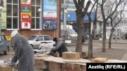 Tatarstan -- Grandma's retirees. Due to lack of money went into the street trade, 17Nov2010