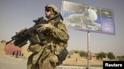 Уряд Афганістану, підтримуваний міжнародними силами, закликає на рекламних щитах віддавати дітей до шкіл, таліби ж вважають освіту зайвою
