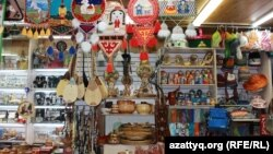 Алматы базарында саудаға қойылған ұлттық қолөнер бұйымдары. 16 маусым 2016 жыл.