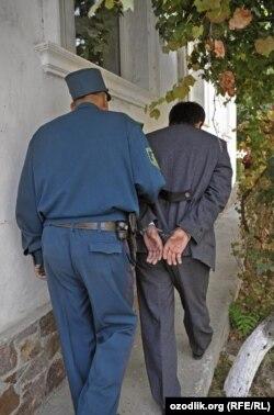 Өзбек полициясы әкетіп бара жатқан адам. (Көрнекі сурет)