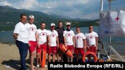 """Спасувачи на Црвениот крст кои работат на Дебарското Езеро. Финасирањето на спасувачите е од татковинското здружение """"Дибра"""", на дебарските иселеници од САД."""