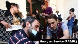 Шестерым беженцам из Абхазии, которые в течение недели голодали с зашитыми ртами, в среду были выделены квартиры