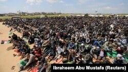 نماز جمعه اعتراضی فلسطینیان غزه در مرز با اسرائیل. ۱۰ فروردین ۹۷
