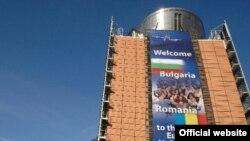 Плакат, приветствующий в ЕС новых членов, - Болгарию и Румынию