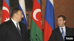 Russia -- President Dmitry Medvedev (R) and his Azeri counterpart Alham Aliyev at a joint press conference in Barvikha, 17Apr2009