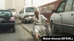 مُقعَد يتسوّل في شارع ببغداد