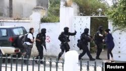 Туніські силовики входять в будинок, щоб зайняти позицію після стрілянини на військовій базі Бушуша в Тунісі, 25 травня 2015 року