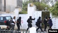 Припадници на антитерористичка бригада пред воената база во Тунис.