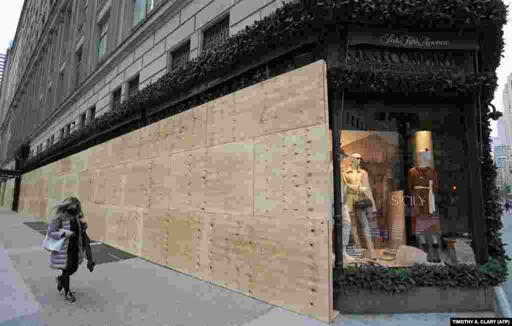 Жінка проходить повз крамницю Saks Fifth Avenue в Нью-Йорку. 1 листопада 2020 року