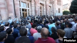 Armenia - Market traders protest outside a government building in Yerevan, 25Sep2014.