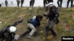 Migrantët përplasen me policinë në kufirin mes Greqisë dhe Maqedonisë (Foto arkiv)