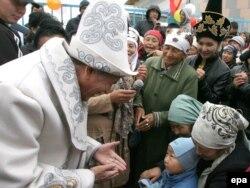 Қырғызстан президенттігіне кандидат Алмазбек Атамбаев сайлаушылармен кездесіп тұр. Ақжар ауылы, 27 қазан 2011 жыл