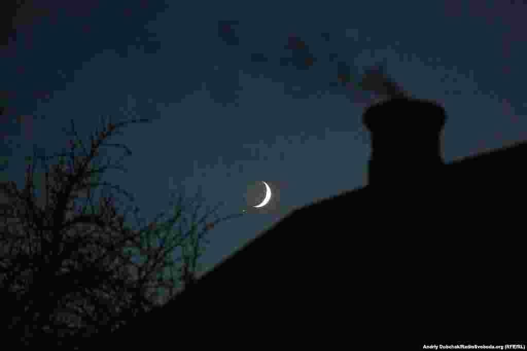 Ми відзняли репортаж і поїхали, а над уже вдруге «сірою» Катеринівкою сходив молодий місяць. Було тихо