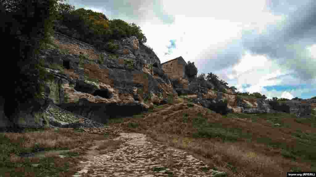 Після перенесення столиці Кримського ханства в Бахчисарай, у фортеці залишилися одні караїми, які розбудували поселення. За однією з версій, все місто тоді почали іменувати Джуфт-Кале, що означає «парна фортеця». Ця назва і трансформувалася в нинішню – Чуфут-Кале.  До кінця XIX століття, після того, як караїми і кримчаки покинули ці місця, печерне місто майже повністю спорожніло